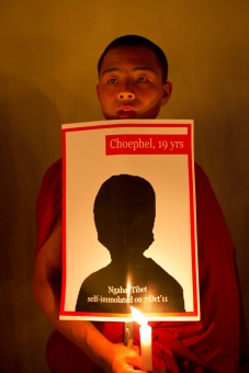 Tibetan monk participates in candlelight vigil for immolations